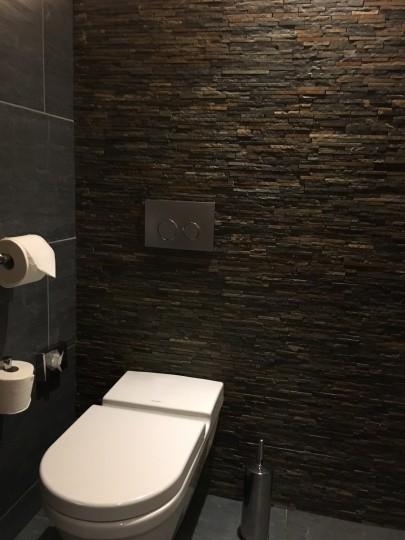 Mur décor en Parement  shiste pour un toilette de restaurant .